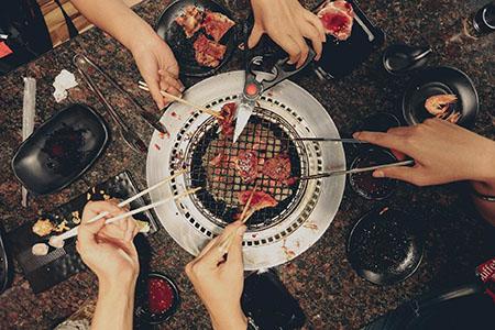 mehrere-grillzangen-gasgrill