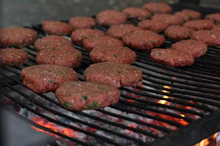 burgerpresse burger auf grillrost